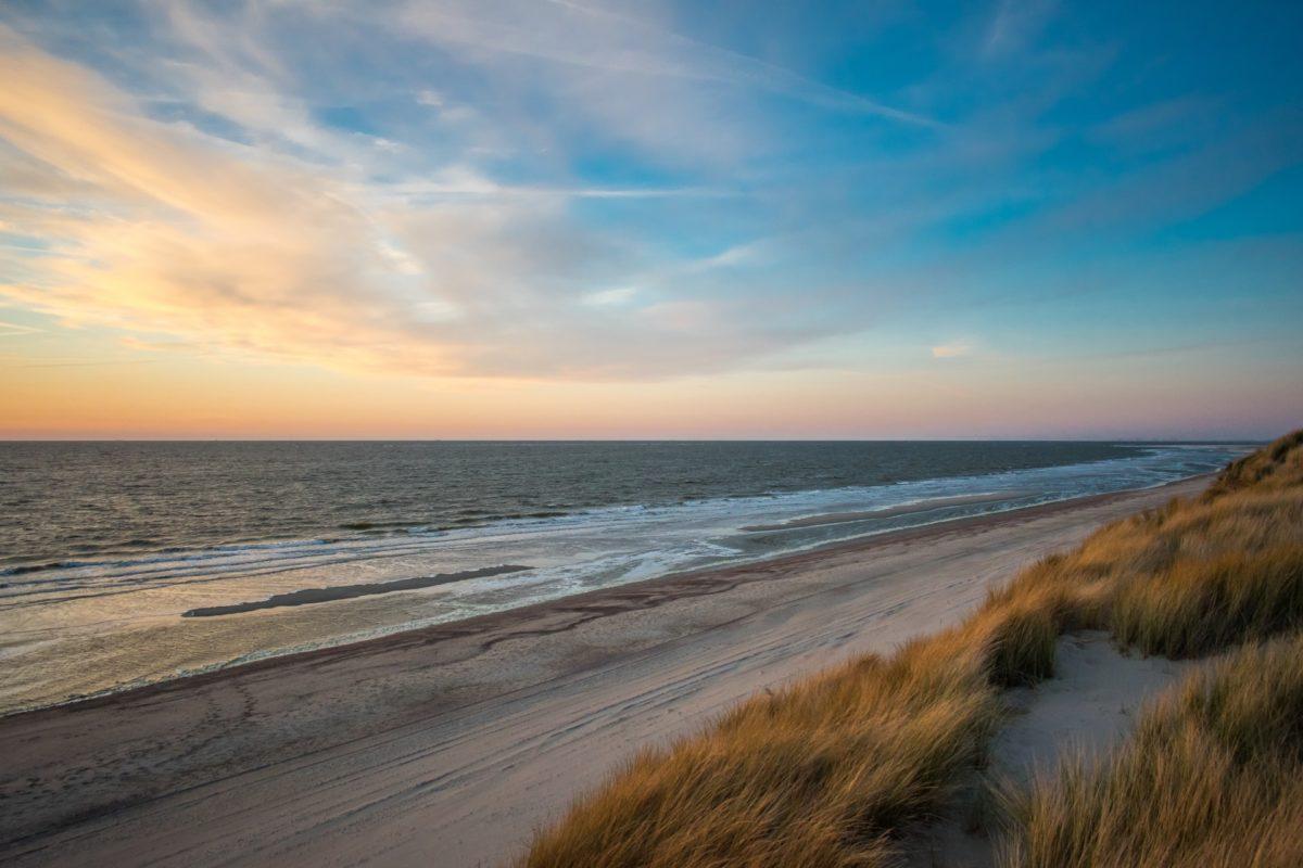 Strand van Nieuw Haamstede in Zeeland bij zonsondergang