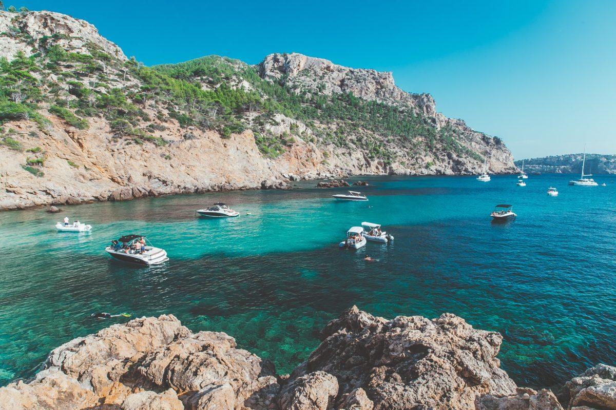 baai met turquoise water op Mallorca